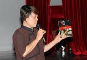 Nhà văn Thơ Thơ giới thiệu tập sách của 40 văn thi hữu viết về nhà văn Nguyễn Mộng Giác. (Hình: Nguyên Huy/Người Việt)